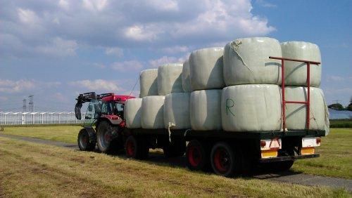 Foto van een Mc-Cormick MC 105, bezig met balen halen.. Geplaatst door Pascal op 09-06-2013 om 15:00:00, op TractorFan.nl - de nummer 1 tractor foto website.