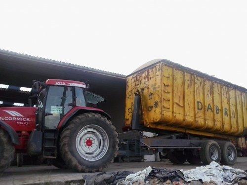 Foto van een Mc-Cormick MTX 175,met roagna containerhaak. Geplaatst door bakker kawasaki op 01-07-2013 om 07:29:36, met 5 reacties.