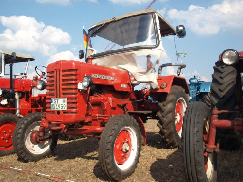 Foto van een Mc-Cormick D 215, bezig met poseren.. Geplaatst door SJB533 op 06-08-2013 om 19:31:08, op TractorFan.nl - de nummer 1 tractor foto website.