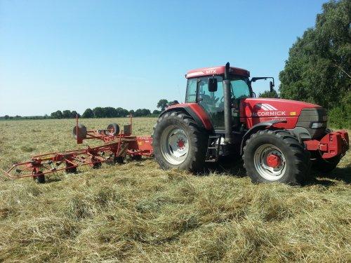 Foto van een Mc-Cormick MTX 200, druk bezig met Gras schudden.. Geplaatst door deutz5206 op 07-08-2013 om 20:46:51, met 2 reacties.