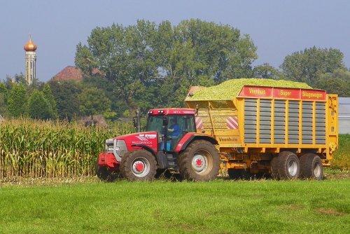 Foto van een Mc-Cormick MTX 140, bezig met maïs inkuilen.  Sprangers, 2011. Geplaatst door Martin Holland op 29-12-2013 om 09:14:44, met 2 reacties.