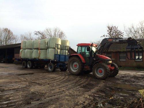 Foto van een Mc-Cormick MC 105, druk bezig met Poseren.. Geplaatst door Pascal op 05-01-2014 om 14:25:51, op TractorFan.nl - de nummer 1 tractor foto website.