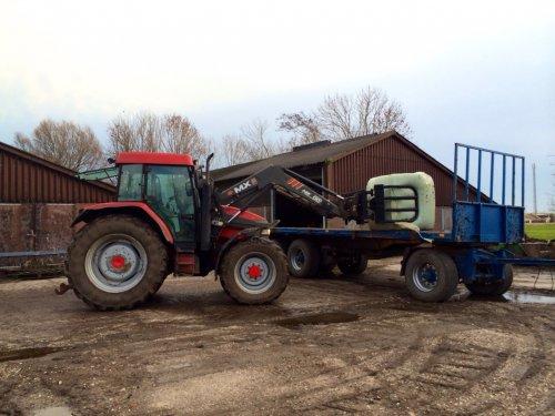 Foto van een Mc-Cormick MC 105, druk bezig met Balen halen.. Geplaatst door Pascal op 05-01-2014 om 14:26:54, op TractorFan.nl - de nummer 1 tractor foto website.