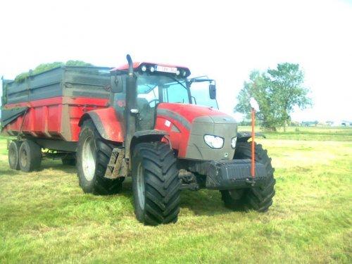 Foto van een Mc-Cormick MTX 150, bezig met gras inkuilen.. Geplaatst door Floris.T op 01-02-2014 om 12:27:30, op TractorFan.nl - de nummer 1 tractor foto website.