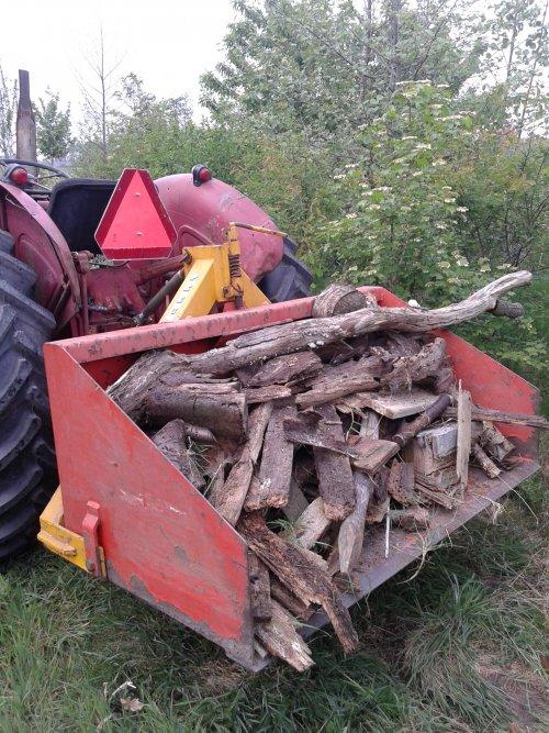 Foto van een Mc-Cormick D 440, bezig met poseren. Hout verplaatsen.. Geplaatst door guuskeunen op 26-04-2014 om 16:41:43, op TractorFan.nl - de nummer 1 tractor foto website.