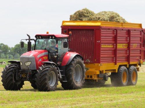 Foto van een Mc-Cormick TTX 230, bezig met gras inkuilen.. Geplaatst door oldtimergek op 14-06-2014 om 15:14:32, met 11 reacties.