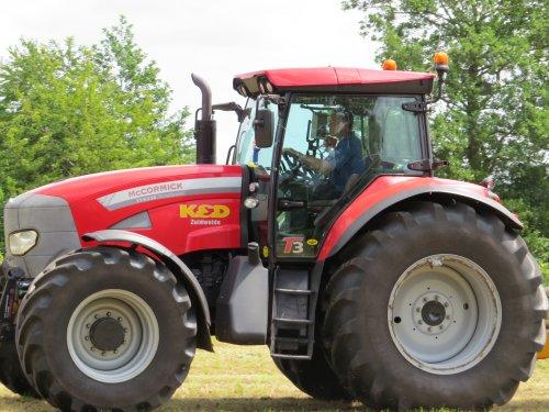 Foto van een Mc-Cormick TTX 230, bezig met gras inkuilen.. Geplaatst door oldtimergek op 14-06-2014 om 15:15:05, op TractorFan.nl - de nummer 1 tractor foto website.