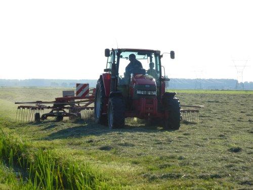 Foto van een Mc-Cormick CX 90, bezig met gras harken.. Geplaatst door berryfendt936 op 23-07-2014 om 21:52:34, op TractorFan.nl - de nummer 1 tractor foto website.