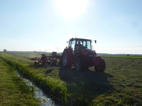 Foto van een Mc-Cormick CX 90, bezig met gras harken.. Geplaatst door berryfendt936 op 23-07-2014 om 21:53:57, op TractorFan.nl - de nummer 1 tractor foto website.