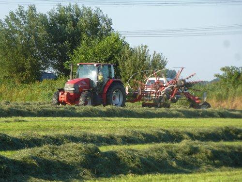 Foto van een Mc-Cormick CX 90, bezig met gras harken.. Geplaatst door berryfendt936 op 23-07-2014 om 21:55:22, op TractorFan.nl - de nummer 1 tractor foto website.