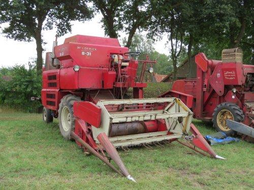 Foto van een Mc-Cormick 8-31, bezig met poseren.. Geplaatst door oldtimergek op 01-08-2014 om 11:15:08, op TractorFan.nl - de nummer 1 tractor foto website.