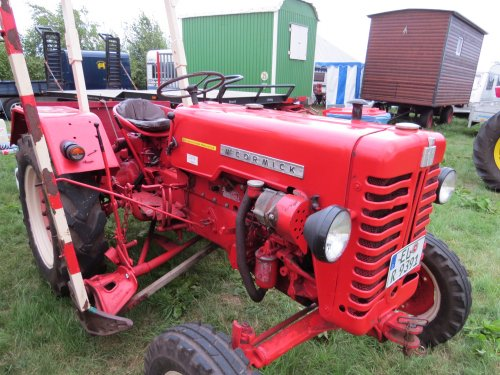Foto van een Mc-Cormick D 215, bezig met poseren.. Geplaatst door oldtimergek op 17-08-2014 om 23:31:39, op TractorFan.nl - de nummer 1 tractor foto website.