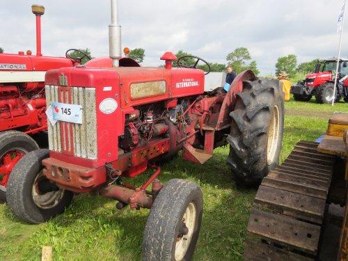 Foto van een Mc-Cormick B 614, bezig met poseren.. Geplaatst door oldtimergek op 02-09-2014 om 10:20:26, op TractorFan.nl - de nummer 1 tractor foto website.
