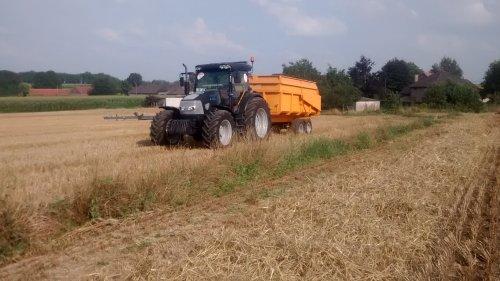 Foto van een Mc-Cormick MC 135, bezig met voeren.. Geplaatst door wouter-de-raeve op 18-10-2014 om 18:53:31, op TractorFan.nl - de nummer 1 tractor foto website.