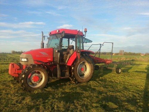Foto van een Mc-Cormick CX 75, bezig met gras harken.. Geplaatst door auke6630 op 19-10-2014 om 22:04:06, op TractorFan.nl - de nummer 1 tractor foto website.