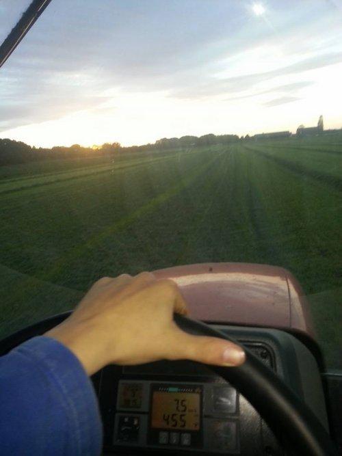 Foto van een Mc-Cormick CX 75, bezig met gras harken.. Geplaatst door auke6630 op 19-10-2014 om 22:04:07, op TractorFan.nl - de nummer 1 tractor foto website.