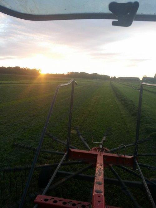 Foto van een Mc-Cormick CX 75, bezig met gras harken.. Geplaatst door auke6630 op 19-10-2014 om 22:04:08, op TractorFan.nl - de nummer 1 tractor foto website.