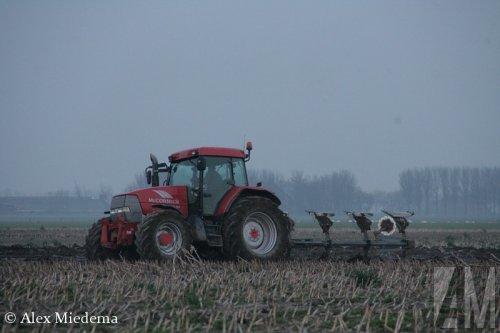 Foto van een Mc-Cormick MTX 140, bezig met ploegen / eggen. Meer foto's van 9 en 10 april vind je op http://alexmiedema.nl/2015/04/11/de-oogst-van-9-en-10-april-2015/