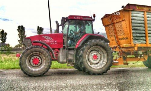 Foto van een Mc-Cormick MTX 155, druk bezig met Gras inkuilen.. Geplaatst door geertaal op 18-06-2015 om 07:31:30, op TractorFan.nl - de nummer 1 tractor foto website.