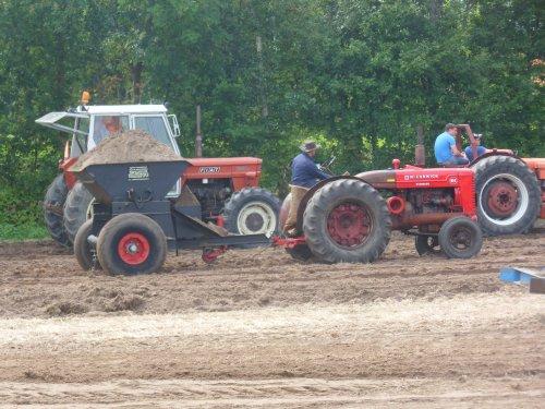 Foto van een Mc-Cormick W6, bezig met dumperen. Een zelfbouw dumper op opendag Goedereede 2015.. Geplaatst door kramer op 02-08-2015 om 10:15:24, op TractorFan.nl - de nummer 1 tractor foto website.