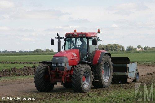 Foto van een Mc-Cormick MTX 200, bezig met kilveren. Meer foto's van tractoren bij de Frije cross Blije vind je op http://alexmiedema.nl/2015/08/09/frije-cross-blije-2015-het-rennerskwartier/
