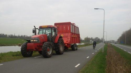 Foto van een Mc-Cormick MC 120 onderweg met een wagen vanuit Utrecht naar Luttenberg. Geplaatst door rueben-mccormick op 06-04-2016 om 08:43:08, met 9 reacties.