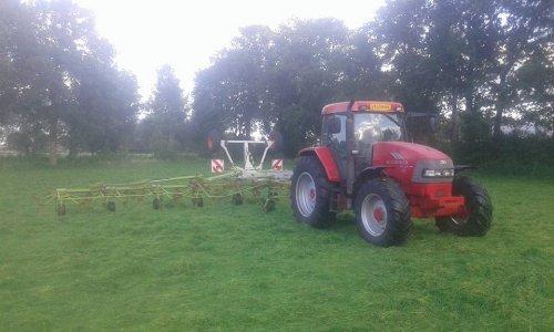 bezig met gras schudden met een claas volto 1320. Geplaatst door rueben-mccormick op 06-04-2016 om 09:11:26, op TractorFan.nl - de nummer 1 tractor foto website.