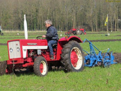 Foto van een Mc-Cormick 423, oefen ploegdag 2-4-2016 OTMV Groningen.. Geplaatst door oldtimergek op 10-04-2016 om 23:25:05, op TractorFan.nl - de nummer 1 tractor foto website.