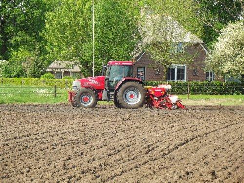 Mais zaaien begin mei door Loonbedrijf velthuis Hoonhorst. Geplaatst door pekkerietfan op 01-06-2016 om 17:33:51, op TractorFan.nl - de nummer 1 tractor foto website.