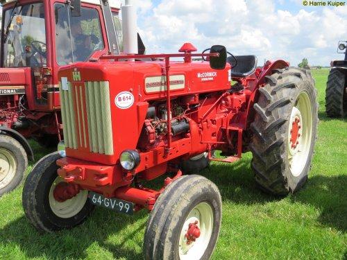 Foto van een Mc-Cormick B 614  , oldtimerdag Oudebildtzijl 2016. Geplaatst door oldtimergek op 18-07-2016 om 15:17:35, op TractorFan.nl - de nummer 1 tractor foto website.