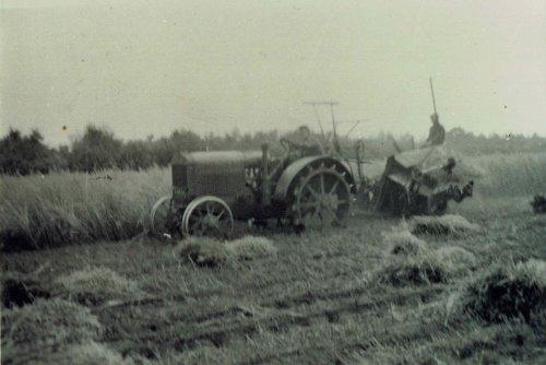 Foto van een McCormick-Deering 10-20 met Mc-Cormick 6t graanbinder een van de eerste keren machinaal graanbinden in1937. Nadat de trekker gekocht is in 1936 is er in 1937 een graanbinder voor achter de trekker gekocht. Hiervoor moest er nog wel een aftakasaandrijving aan de trekker gemaakt worden, maar deze waren hier op voorbereid en je kon een losse aftakasaandrijving zo erbij kopen.