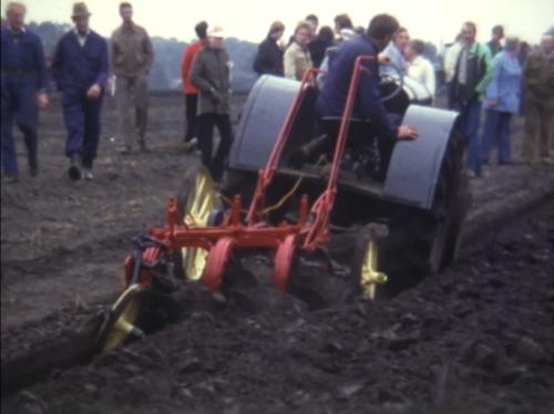 Foto van een McCormick-Deering 10-20 tijdens de plaatselijke ploegwedstrijden in 1981. Achter het stuur mijn opa. Hier zijn de trekker en ploeg net opgeknapt. De stickers op de trekker ontbreken nog.