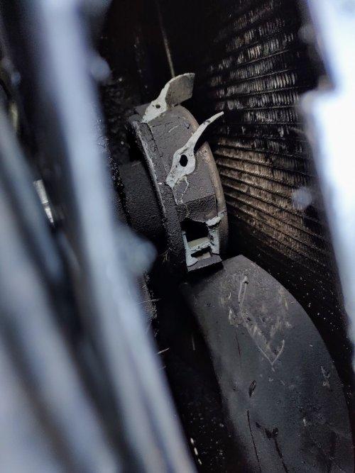 Foto van een Mecalac 8 MCR heb gister gezegd dat ik foto's zou plaatsen van mij rups kraan dus hierbij plaats ik ze. Toen ik wat problemen had met de koeling ging ik de radiateur maar is schoon blazen en toen kwam ik er achter dat er wel serieus wat mis was 😅