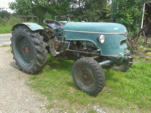Foto van een Meili DM 30  ,  motor MWM akd10d  bak  ZF A205   , 1961 hiert nog in mijn eigendom  waar nog 85% a 90% van de originele lak er nog op zat   , helaas  excisteert deze traktor niet meer in deze vorm , de nieuwe eigenaar waaraan ik m verkocht heb heeft t gepresteerd alle lak er af te schuren en m in in lichtgroen met beige velgen over te spuiten  ( Krone kleuren ) .
