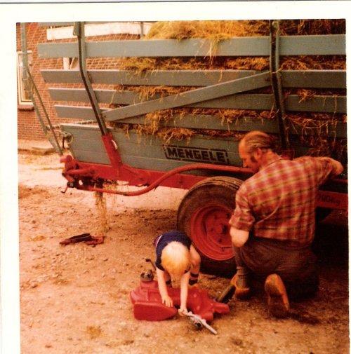 Hier m'n vader met mijn jongste broertje een opraapwagen repareren. Buiten het loonwerk had mijn vader ook een smederij. Dus kwamen er nog wel eens een boer als iets het begaf.