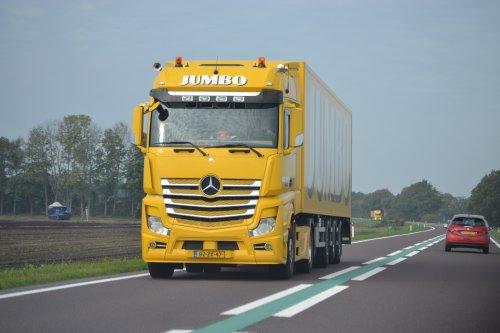 Hier zie je Transportbedrijf Redder Staphorst B.V. (Staphorst) ×, Jumbo Supermarkten (Veghel) × met een Mercedes-Benz Actros.