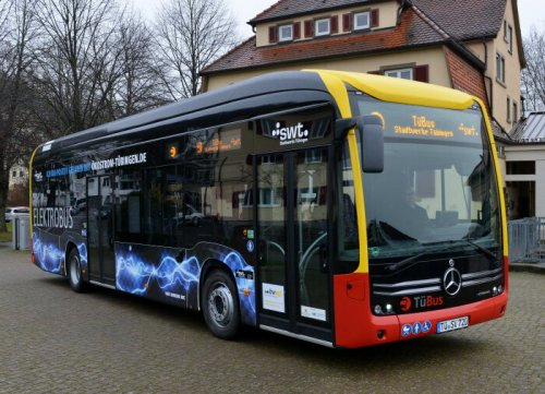 Foto van een Mercedes-Benz eCitaro, opgebouwd voor personenvervoer.  A highly challenging topography with inclines of up to 17.5 percent and a high degree of utilisation – regular bus service operations in the University town of Tübingen must withstand extreme demands. Not every city bus is capable of that, especially not those that are electrically driven. The Mercedes-Benz eCitaro is though; that is why, after extensive tests, Stadtwerke Tübingen , the public utilities company, has chosen the all-electric low-floor bus bearing the star. Today it completed its first official trip in Tübingen as so called