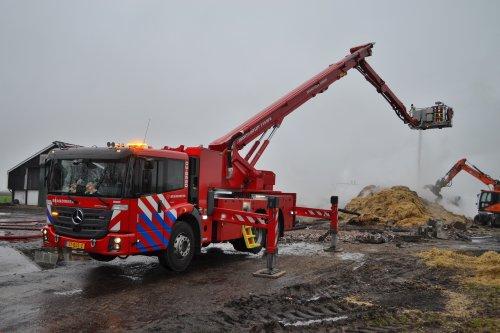 Foto van een Mercedes-Benz Econic, opgebouwd als hoogwerker. Brandweer Emmen.. Geplaatst door Lucas Ensing op 04-01-2020 om 22:13:47, op TractorFan.nl - de nummer 1 tractor foto website.