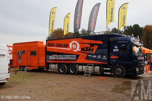 Hier zie je BAS Trucks B.V. (Veghel) × met een Mercedes-Benz Actros MP3, opgebouwd als rallytruck.  https://www.youtube.com/watch?v=LM5oixWEGl8