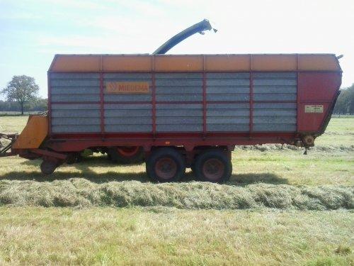 Foto van een miedema Landbouwwagen, druk bezig met Gras inkuilen.. Geplaatst door fendt716,311driver op 06-06-2014 om 22:41:15, met 16 reacties.