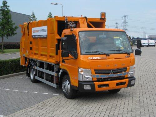 Foto van een Mitsubishi Fuso Canter, opgebouwd als vuilniswagen.. Geplaatst door Alex Miedema op 23-11-2014 om 14:02:11, op TractorFan.nl - de nummer 1 tractor foto website.