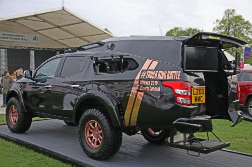 Persfoto van een Mitsubishi L200, opgebouwd as racesimulator.