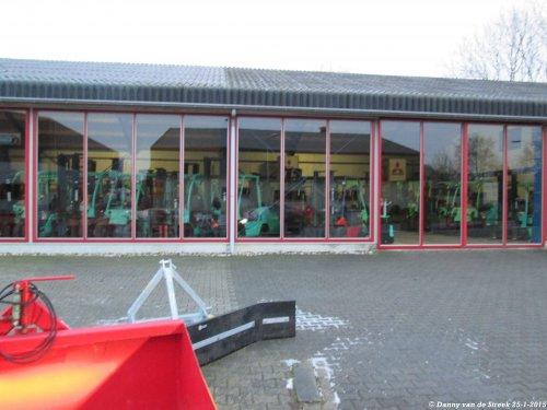 Foto van hele partij Mitsubishi heftrucks, bezig met poseren bij Offringa in Creil.. Geplaatst door danny_ford op 27-01-2015 om 09:56:37, op TractorFan.nl - de nummer 1 tractor foto website.