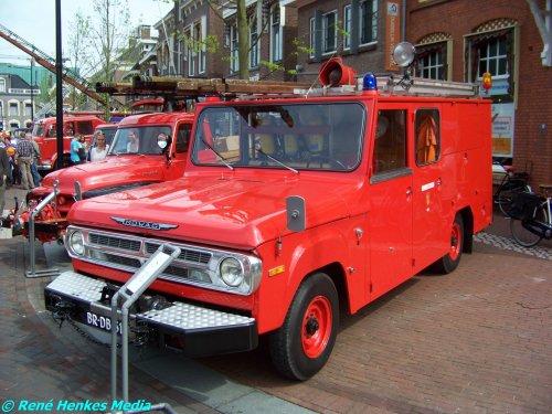 Foto van een Mowag onbekend/overig, opgebouwd als brandweer.   MOWAG begon in 1950 als privé-onderneming van ingenieur Walter Ruf. De eerste successen waren de ontwikkeling en de productie van meer dan 1600 wapendragers, de MOWAG t1 4x4, voor het Zwitserse leger. Verschillende opdrachten volgden uit Duitsland. Onder andere werden 750 gepantserde speciale voertuigen van het type Roland voor de Duitse Grenswacht onder licentie geproduceerd door de Duitse wapenindustrie. MOWAG produceerde daar naast ook voor de civiele markt. Zo werd in 1958 een lichte 50cc-scooter gebouwd die Volksroller werd genoemd. Het specialiseerde zich ook in het ombouwen van Dodge- en DeSoto-voertuigen tot ambulance, brandweerwagen en andere speciale voertuigen. Het bedrijf legde zich voorts toe op de ontwikkeling en de bouw van gepantserde voertuigen op wielen.   Nog steeds is het bedrijf wereldwijd één van de meest befaamde fabrikanten op het gebied van wiel- en rupsvoertuigen. Meer dan twaalfduizend MOWAG-voertuigen van de types Piranha, Eagle en Duro zijn wereldwijd in dienst van defensiemachten.