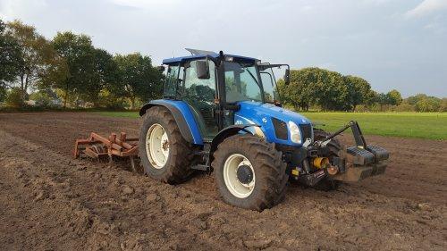 Land klaarleggen afgelopen september zodat het gras erin kon.. Geplaatst door TLA-TSA op 20-11-2016 om 18:40:04, op TractorFan.nl - de nummer 1 tractor foto website.