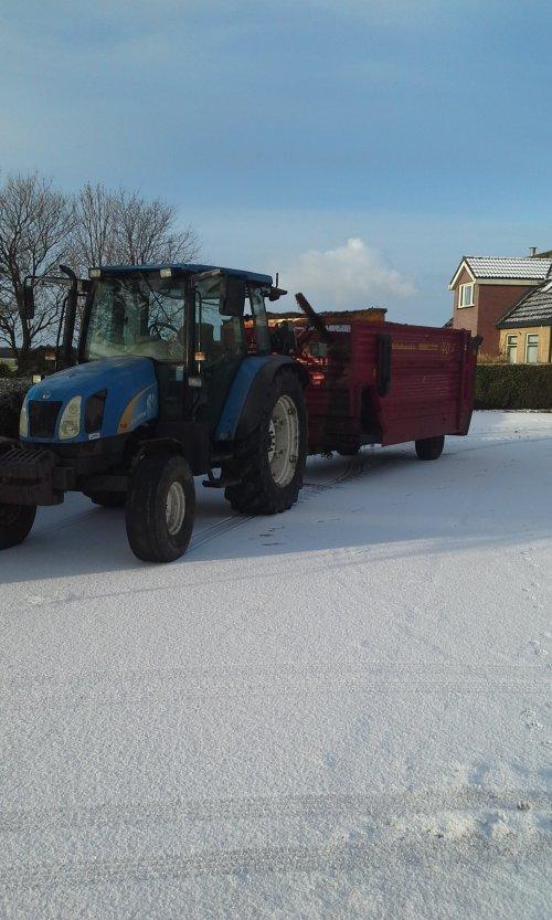 Foto van een New Holland TL 80 A. Geplaatst door dobbe op 22-01-2017 om 10:20:47, op TractorFan.nl - de nummer 1 tractor foto website.