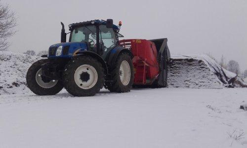 Foto van een New Holland T 6010 Delta met Trioliet 8m3 voermengwagen in de sneeuw vandaag 11-2-2017. Geplaatst door ricooo12 op 11-02-2017 om 22:05:30, met 5 reacties.