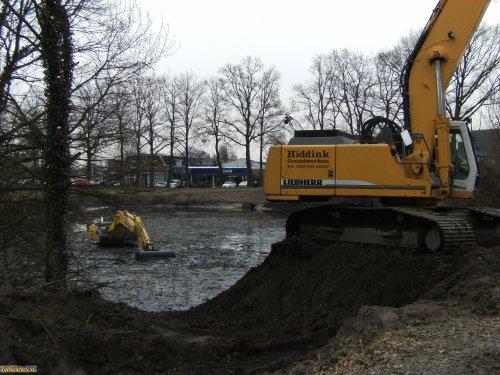 New Holland bijna vast in de modder... Deze New Holland e215 rupskraan had in Ruurlo veel te leiden met als dat zand dat door de rupsen schuurt!