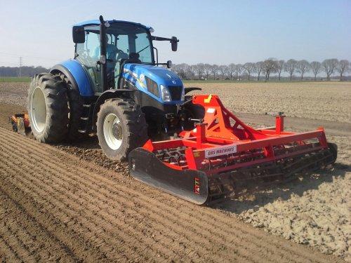 New Holland T 5.105 bezig bietenland zaai klaarmaken.. Geplaatst door redeagle14 op 29-03-2017 om 22:39:48, op TractorFan.nl - de nummer 1 tractor foto website.