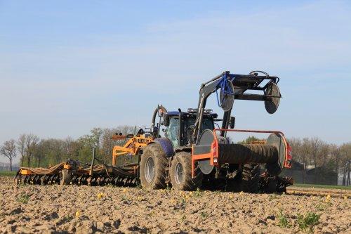 Hier zie je Aarnink&Ooms vorig jaar op 7mei met hun  New Holland T 7.230 aan het sleepslang bemesten op bouwland.